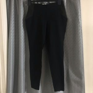 Black stretch leggings with strech part on the hip